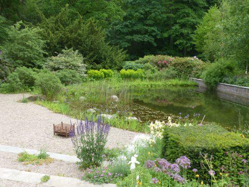 Ein halbformaler Teich in einem Hamburger Vorort